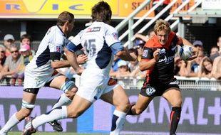 Le Toulonais Jonny Wilkinson, surveillé par deux Castrais lors d'un match du Top 14, le 3 octobre 2009.