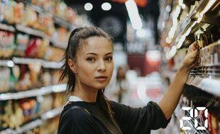 Illustration d'une femme prenant un produit dans un magasin d'alimentation