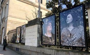 Dix femmes en situation de précarité s'exposent à Nantes, sur les grilles du conseil départemental