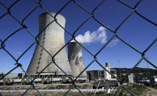 Vue des deux gigantesques tours réfrigérantes et leur panache de vapeur de la plate-forme Areva du Tricastin, le plus important site d'enrichissement d'uranium en Europe (650 ha), prise le 04 avril 2011 en bordure du Rhône, entre la Drôme et le Vaucluse.