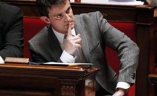 """Manuel Valls, dont la popularité est en baisse, a reconnu jeudi être attentif aux sondages, tout en niant viser Matignon dans l'immédiat: """"je veux continuer à la tête"""" du ministère de l'Intérieur."""