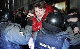 Des policiers anti-émeute bloquent le passage à des activistes en marge d'une manifestation contre les résultats des élections législatives de dimanche, à Moscou, le 6 décembre 2011.