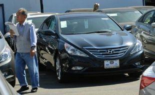 Un homme passe devant une Hyundai Sonata de 2011 chez un concessionaire Hyundai de Los Angeles, le 27 septembre 2010