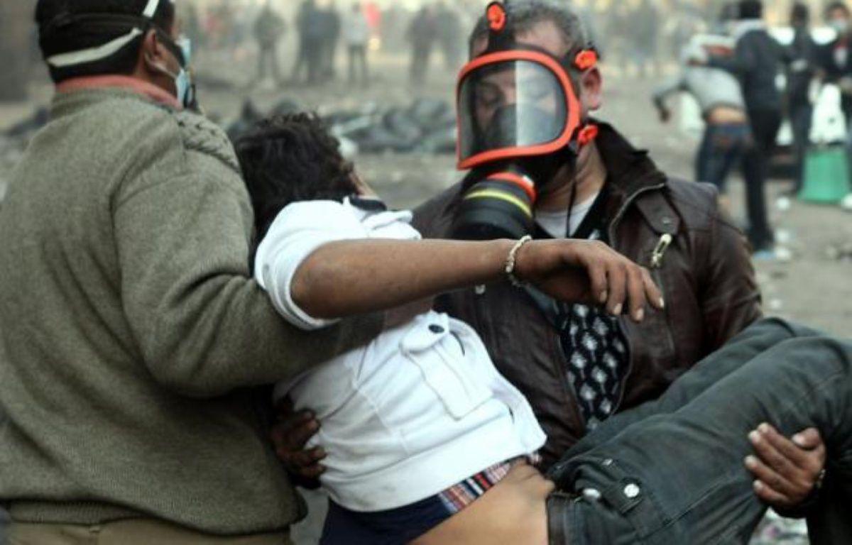 De violents affrontements opposaient mercredi pour le cinquième jour la police à des milliers d'Egyptiens réclamant le départ des militaires au pouvoir, malgré la promesse du chef de l'armée d'organiser une élection présidentielle mi-2012 pour un retour au pouvoir civil – Mahmud Hams afp.com