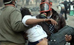 De violents affrontements opposaient mercredi pour le cinquième jour la police à des milliers d'Egyptiens réclamant le départ des militaires au pouvoir, malgré la promesse du chef de l'armée d'organiser une élection présidentielle mi-2012 pour un retour au pouvoir civil