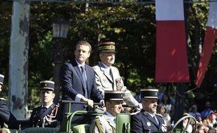 Le président de la République Emmanuel Macron et le chef d'état-major des Armées Pierre de Villiers lors du défilé sur les Champs-Elysées à Paris le 14 juillet 2017.