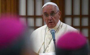 Le pape François s'adresse à des évêques, le 17 août 2014 au sanctuaire du martyr inconnu de Haemi (centaine de kilomètres de Séoul)