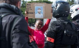 Des policiers lors d'un rassemblement à proximité de l'ambassade des Etats unis en mémoire de Georges Floyd et pour protester contre les violences policières.