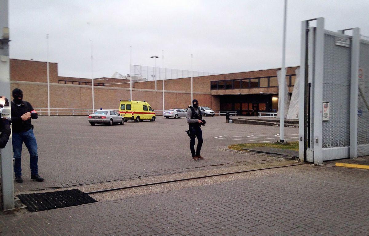 L'ambulance dans laquelle Salah Abdeslam a été transporté à la prison de Bruges, le 19 mars 2016. – S.DEMASURE / Belga / AFP