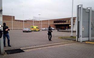 L'ambulance dans laquelle Salah Abdeslam a été transporté à la prison de Bruges, le 19 mars 2016.