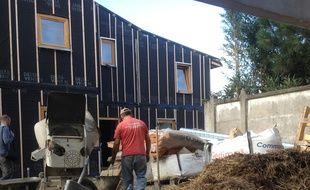 A Bègles le 6 octobre 2015, visite du chantier de construction de onze logements à base de paille pour l'isolation.