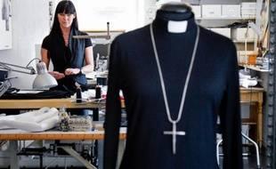 La créatrice de mode Maria Sjoedin dans son atelier de Haegersten, près de Stockholm, le 27 avril 2015