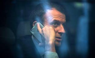 Le candidat à la présidentielle Emmanuel Macron sur sur iPhone, le 10 mars 2017, en gare de Bordeaux.