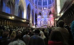 La cathédrale Saint-Etienne de Toulouse lors de la messe pour la paix le 16 novembre 2015, trois jours après les attentats de Paris. Le retable a pris les couleurs bleu-blanc-rouge du drapeau français.