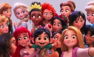 Vanellope au milieu des princesses Disney dans Ralph 2.0 de Rich Moore et Phil Johnston