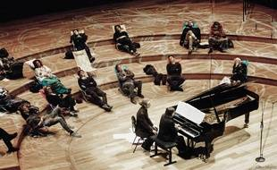 Il y a un an, pour la première Nuit Blanche, le public en train d'écouter le pianiste Nicolas Horvath dans la Grande salle Pierre Boulez, de 19h à 7h.