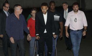Neymar a son arrivée à un poste de police au Brésil