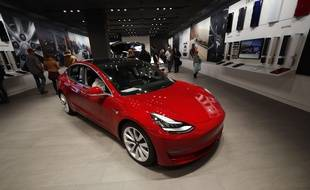 Un Model 3 de Tesla dans une boutique du Colorado.