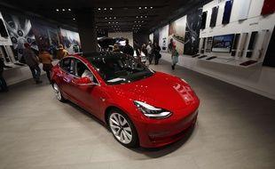 Un Model 3 de Tesla dans une boutique du Colorado.