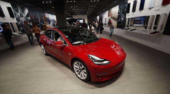 Il pointe une arme sur le conducteur d'une Tesla Model 3 qui filme la scène