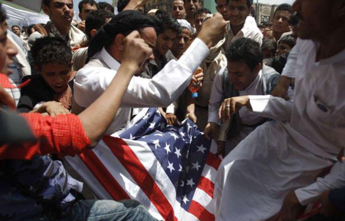 Au Yémen, des manifestants s'en prennent au drapeau des États-Unis, le 14 septembre 2012 – Hani Mohammed/AP/SIPA