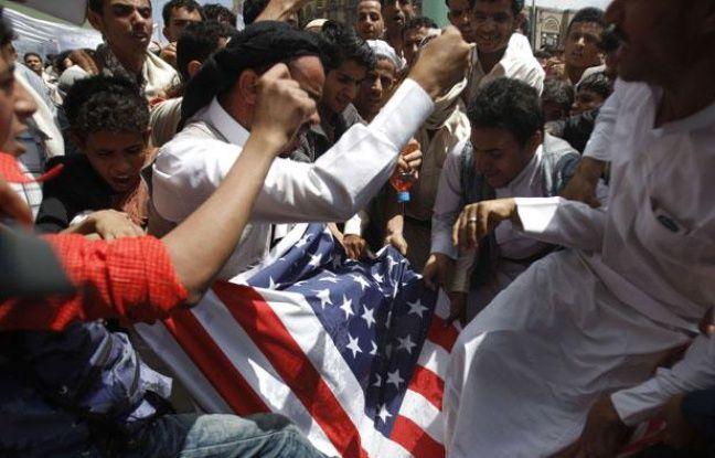 Au Yémen, des manifestants s'en prennent au drapeau des États-Unis, le 14 septembre 2012