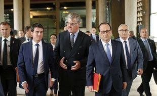 Manuel Valls et François Hollande accueillis au Conseil économique et sociale par son président, Jean-Paul Delevoye, à l'occasion de la troisième conférence sociale, à Paris, le 7 juillet 2014.