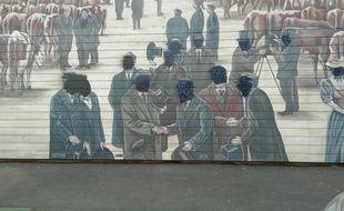 Une quinzaine de visages, figurant sur la fresque des abattoirs de la mouche du musée Tony Garnier de Lyon, ont été recouverts de noir.
