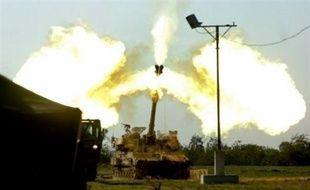 Appuyées par des bombardements de l'artillerie et de l'aviation, les troupes israéliennes ont avancé en profondeur dans plusieurs secteurs du territoire contrôlé par le Hamas, où elles avaient pénétré samedi soir après une semaine de frappes aériennes.