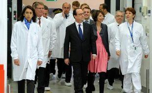 François Hollande accompagné de Marisol Touraine, ministre de la Santé, visite le site de production d'insuline de Novo Nordisk à Chartres, le 21 avril 2016