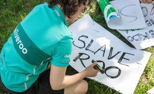 Quand Deliveroo prône la flexibité du travail indépendant, les syndicats de livreurs parlent d'esclavage 2.0. Ici, lors de la manifestation du 11 août à Paris.