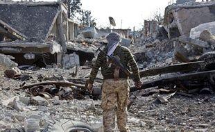 Un combattant kurde syrien dans une rue de Kobané