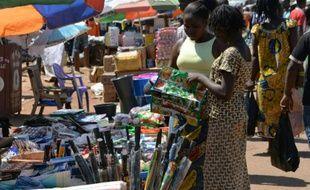 Des femmes font leurs achats dans un marché de Bangui, la capitale centrafricaine, le 2 octobre 2014