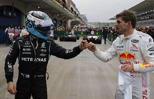 Le Finlandais Valtteri Bottas (Mercedes-AMG Petronas) avec le Néerlandais Max Verstappen (Red Bull), après le Grand Prix de Formule 1 de Turquie sur le circuit Intercity Istanbul Park, le dimanche 10 octobre 2021.