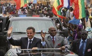 """Le président français Nicolas Sarkozy a exposé jeudi à Dakar sa vision d'un """"partenariat"""" renouvelé entre la France et l'Afrique, appelant celle-ci à ne pas """"ressasser le passé"""" colonial et à s'engager vers la bonne gouvernance."""