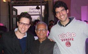 Mathieu Dardaillon et Jonas Guyot entourent Muhammad Yunus, économiste et prix Nobel de la paix en 2006.