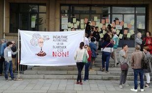 Une cinquantaine de professeurs se sont mobilisés ce lundi devant l'inspection académique de Rennes.