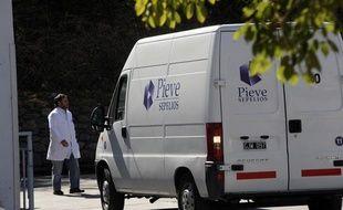 Un véhicule arrive à la morgue de Salta (Argentine) où ont été déposés les corps des deux touristes françaises, le 3 août 2011.