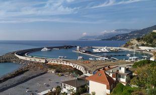 Le port tout rond de Cala del Forte accueille ses premiers bateaux.