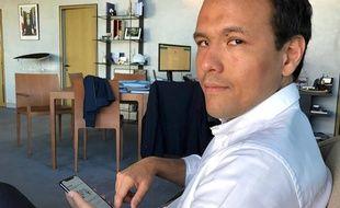 Le secrétaire d'Etat Cédric O avec l'application StopCovid sur son téléphone.