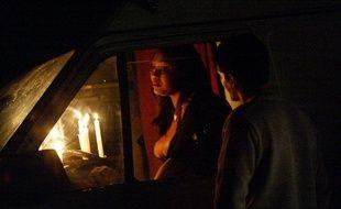 Une prostituée discute avec un client dans son van, garé dans le bois de Vincennes (Paris, 12e).