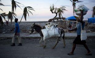 Des habitants de Coteaux, sur l'île d'Haïti, après le passage de l'ouragan Matthew, le 1er novembre 2016.