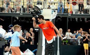 Novak Djokovic s'amuse avec le public lors d'une exhibition à Adelaïde avant l'Open d'Australie, le 29 janvier 2021.