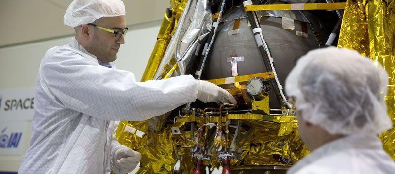 Le cofondateur de SpaceIL, Yonatan Winetraub, insère une capsule temporelle dans le module lunaire.