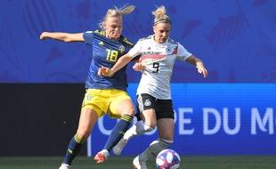 Sweden's forward Fridolina Rolfo (L) vies with Germany's midfielder Svenja Huth during the France 2019 Women's World Cup quarter-final football match between Germany and Sweden, on June 29, 2019, at the Roazhon park stadium in Rennes, north western France. (Photo by LOIC VENANCE / AFP)