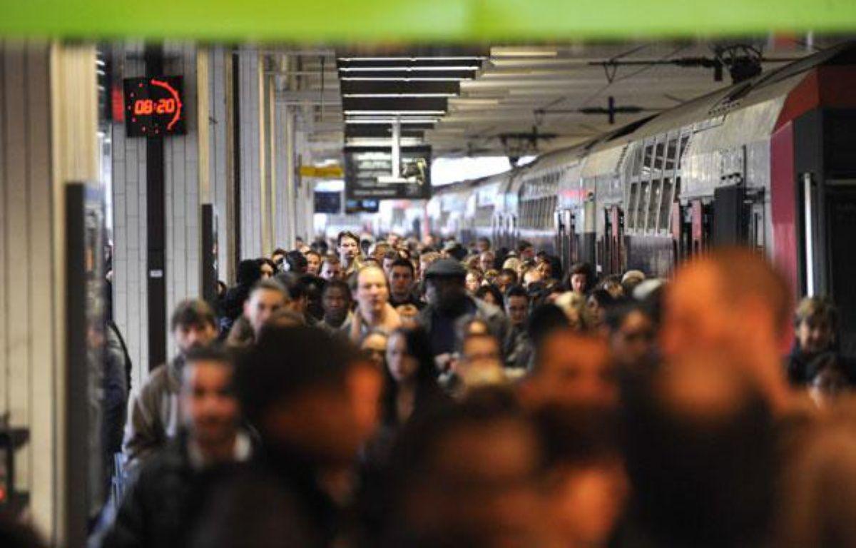 Une foule d'usagers tentent d'entrer dans un train à Gare du nord pendant les grèves de la SNCF, le 7 avril 2010. – CHAMUSSY / SIPA