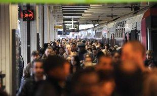 Une foule d'usagers tentent d'entrer dans un train à Gare du nord pendant les grèves de la SNCF, le 7 avril 2010.