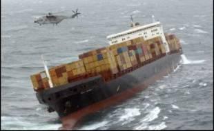 Le porte-conteneurs britannique MSC Napoli, qui s'était trouvé en perdition dans la Manche jeudi avec une cargaison de près de 1.700 tonnes de produits dangereux, était remorqué vendredi vers la baie de Lyme, sur la côte sud de l'Angleterre, ont annoncé les garde-côtes britanniques.