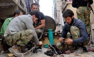 Des rebelles syriens de l'Armée syrienne libre préparent leurs armes, le 25 avril 2013 à Alep (Syrie).