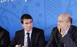Le Premier ministre Manuel Valls (G) et le maire de Bordeaux, Alain Juppé (D), lors d'une conférence de presse à Bordeaux, le 23 octobre 2014.